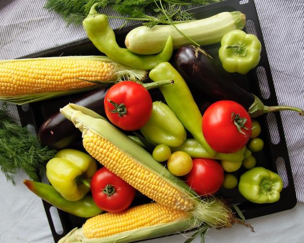 Flatlay de légumes frais sur le plateau de fer noir Photo Premium