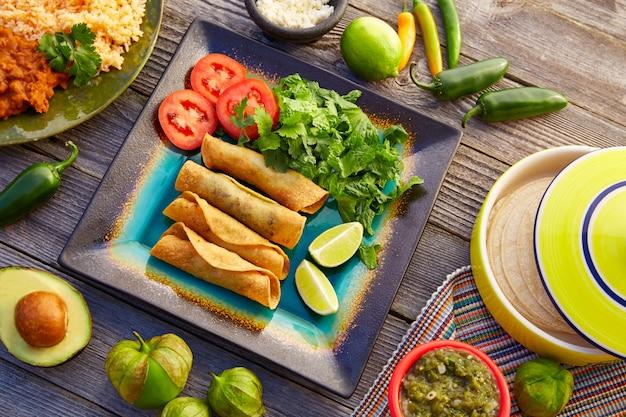 Flautas mexicaines roulées tacos à la salsa Photo Premium