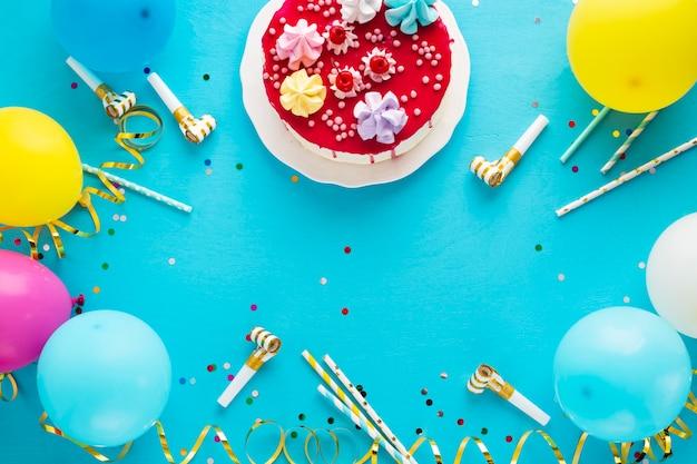 Flay jeter du gâteau d'anniversaire et espace de copie Photo gratuit