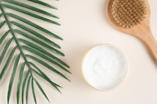 Flay lay de cosmétiques pour le corps sur fond uni Photo gratuit