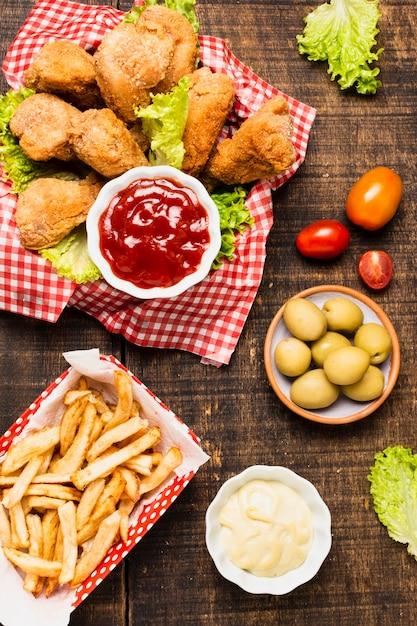 Flay pond de repas de restauration rapide sur une table en bois Photo gratuit