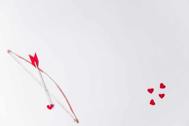Flèche D'amour Avec Archet Sur Table Photo gratuit