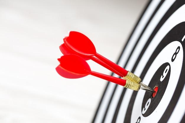 Flèche de cible ciblée frappant au centre de la cible Photo Premium