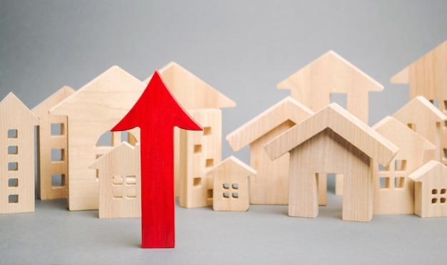 Flèche rouge et maisons en bois miniatures. Photo Premium