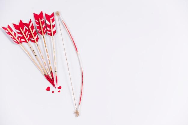 Flèches D'amour Avec Arc Sur La Table Lumineuse Photo gratuit
