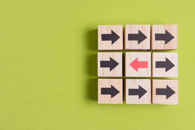 Flèches De Directions Différentes Sur Fond Vert Avec Espace De Copie Photo Premium