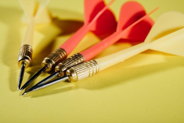 Flèches de fléchettes dans le concept d'entreprise centre cible Photo gratuit