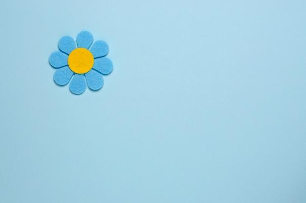 Fleur bleue en feutre sur fond bleu. Photo Premium