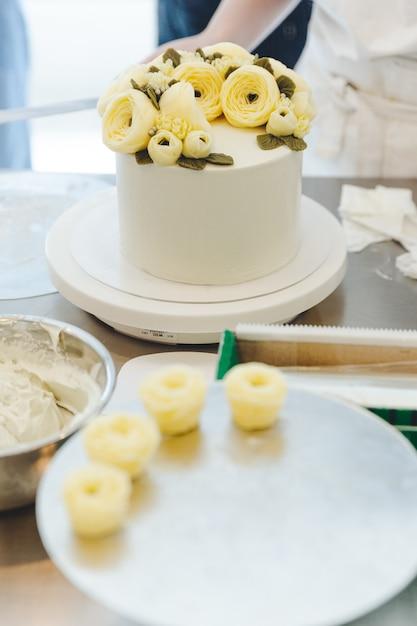 Fleur Crème Au Beurre Sur Le Plateau Pour La Décoration De Gâteau
