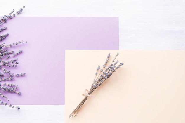 Fleur de lavande sur le papier violet et pêche sur fond Photo gratuit