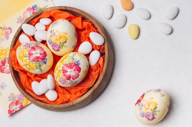 Fleur d'oeufs de pâques découpée sur plateau Photo gratuit