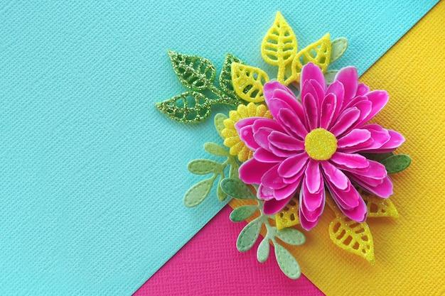 Fleur de papier fait main rose vif avec des feuilles Photo Premium