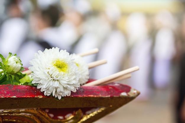 Fleur sur le plateau avec piédestal en cérémonie d'ordination, tradition bouddhiste Photo Premium