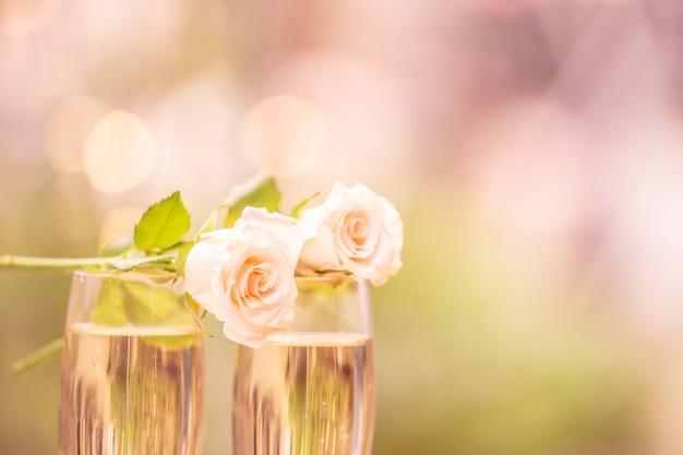 Fleur de rose sur verre de vin avec flou bokeh Photo Premium