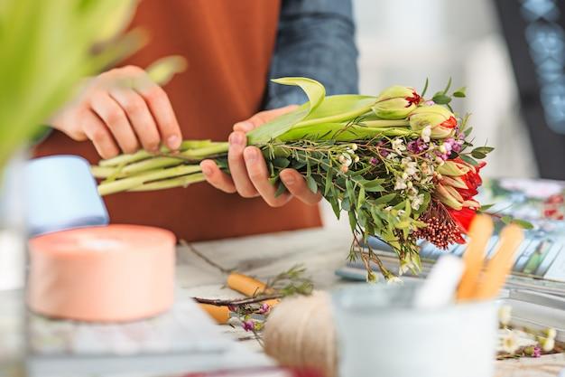 Fleuriste Au Travail: Les Mains Féminines D'une Femme Faisant Un Bouquet Moderne De Fleurs Différentes Photo gratuit
