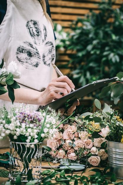 Le Fleuriste Compte Et Enregistre Les Fleurs Photo Premium