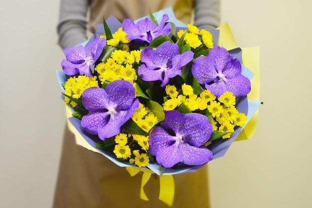 Fleuriste Dans Un Magasin De Fleurs. Fille Détient Un Beau Bouquet De Fleurs. Photo Premium