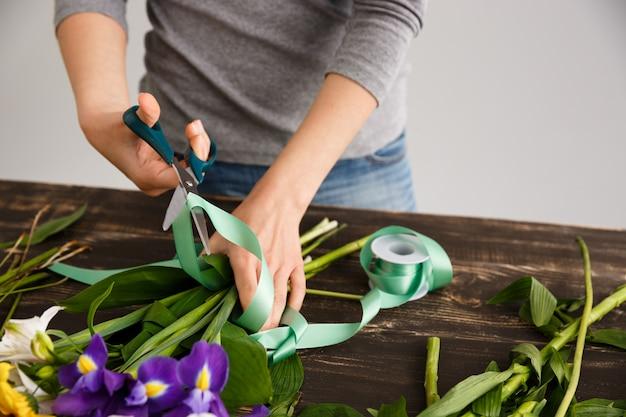 Fleuriste Faire Un Bouquet, Couper Le Ruban De Décore Photo gratuit