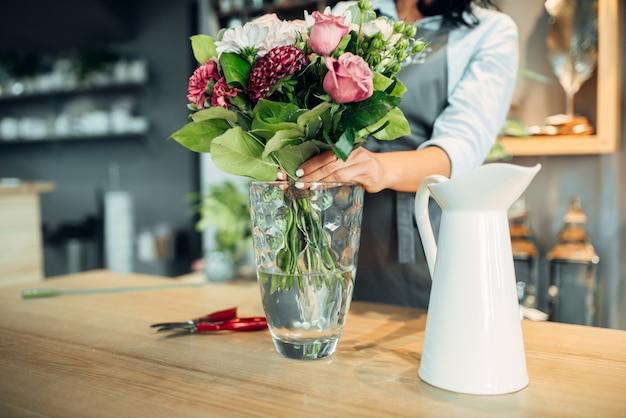 Fleuriste Faisant Des Arrangements De Fleurs En Boutique Photo Premium