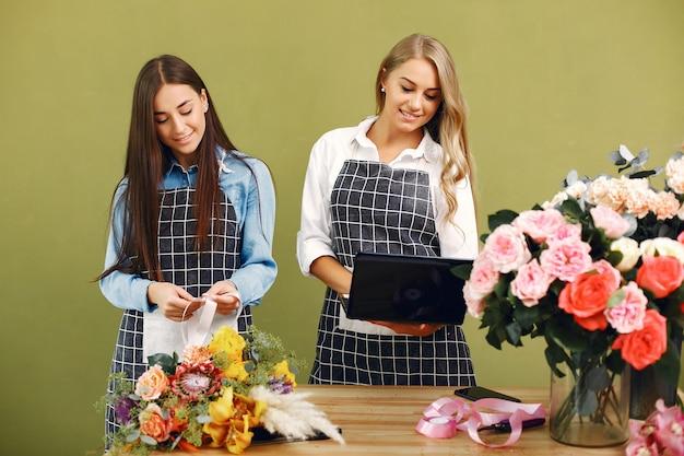Un fleuriste fait un beau bouquet dans un studio Photo gratuit