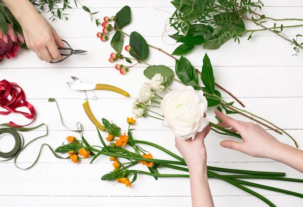 Fleuriste Femelle Faisant Beau Bouquet Au Magasin De Fleurs Photo gratuit