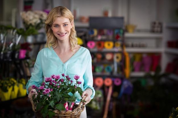 Fleuriste Heureux Holding Panier De Fleurs Photo Premium