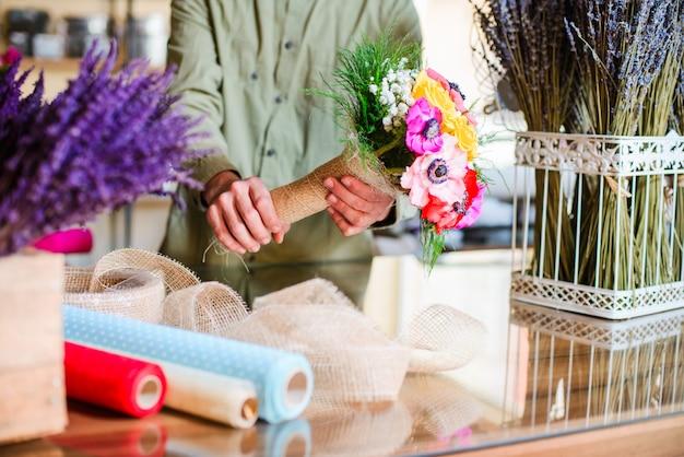 Fleuriste mâle, montrant, prêt, bouquet, dans, a, fleuriste Photo Premium