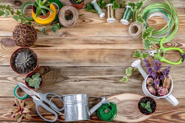 Fleuriste en milieu de travail. vue de dessus. espace de copie. fond en bois Photo Premium