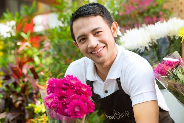 Fleuriste tenant un bouquet Photo Premium