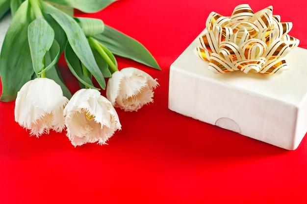 Fleurs le 8 mars. journée de la femme. félicitation printemps. fleurs de printemps. tulipes. cadeau Photo Premium