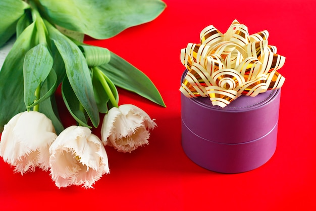 Fleurs le 8 mars. journée de la femme. félicitation Photo Premium