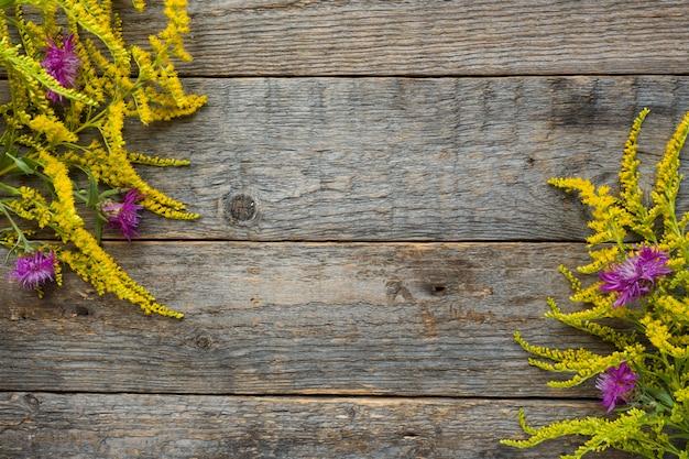 Fleurs d'automne sur fond rustique en bois. espace de copie Photo Premium