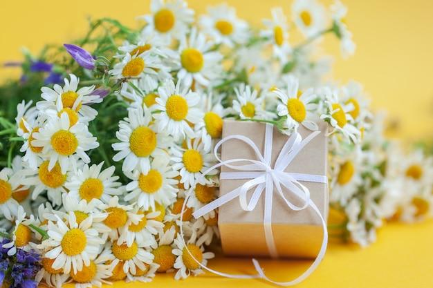 Fleurs De Camomille Et Coffret Cadeau Ou Cadeau Jaune Photo Premium