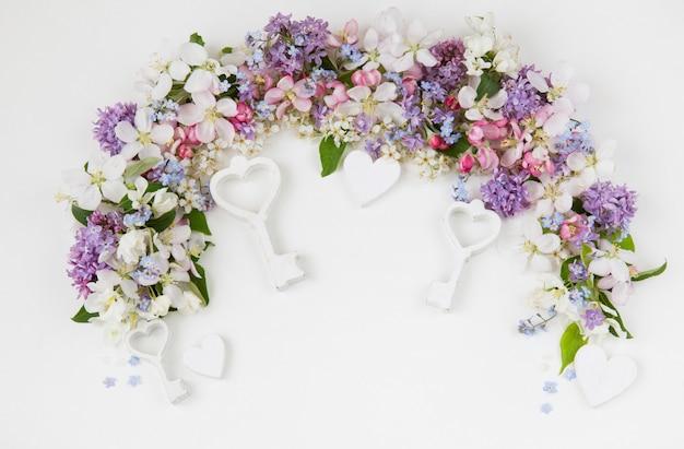 Fleurs de cerisier, lilas, oubliez-moi et pommiers bordés d'une arche Photo Premium