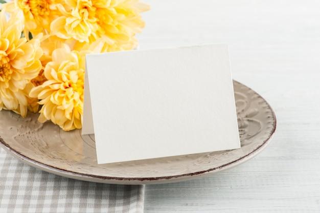 Fleurs de chrysanthème sur une assiette sur une table en bois Photo Premium