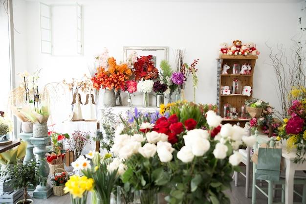Fleurs colorées chez le fleuriste Photo gratuit