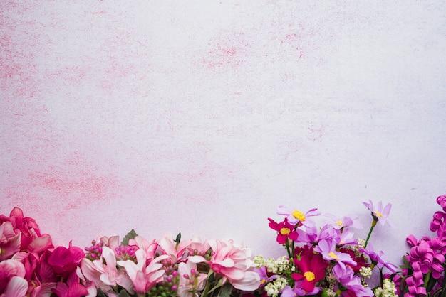 Fleurs colorées décoratives sur fond texturé Photo gratuit