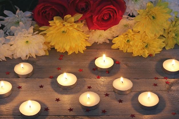 Fleurs, Confettis Et Bougies Sur Une Plate-forme En Bois, Vue De Dessus. Photo Premium