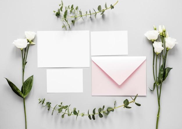 Fleurs à Côté De L'invitation De Mariage Sur Table Photo gratuit