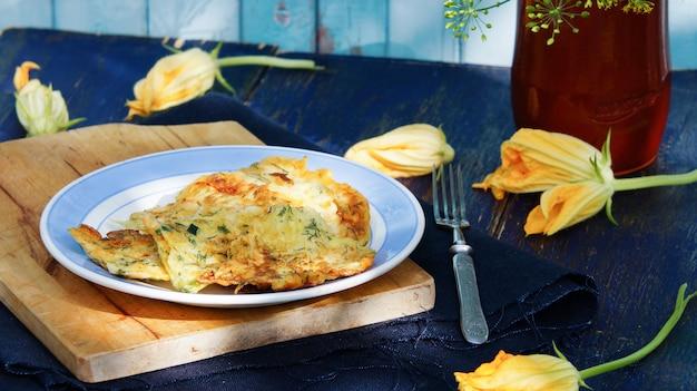 Fleurs de courgettes farcies frites - fiori di zucca fritti Photo Premium