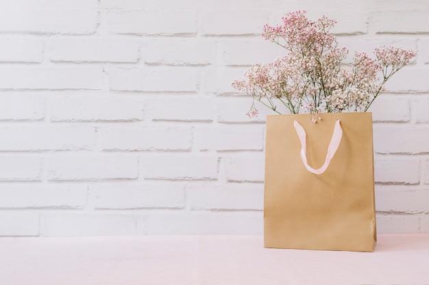 Fleurs dans le sac à provisions Photo gratuit