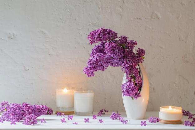 Fleurs Dans Un Vase Avec Des Bougies Photo Premium