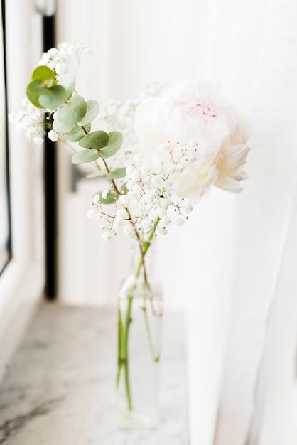 Fleurs décoratives dans un vase Photo gratuit