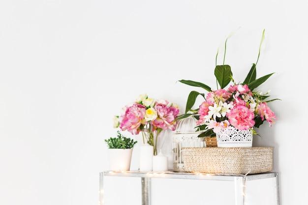 Fleurs décoratives sur le meuble devant le mur Photo gratuit