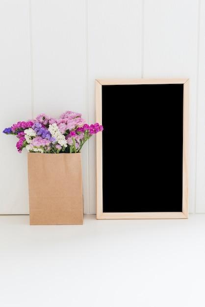 Fleurs décoratives avec un tableau Photo gratuit