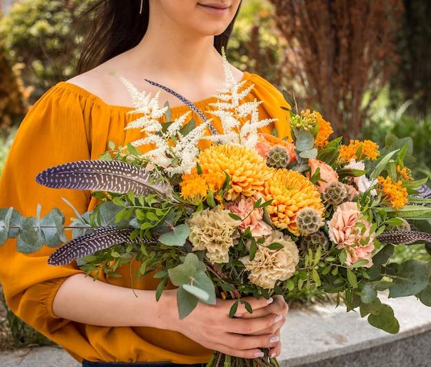 Fleurs d'été belle dans les mains de la fille Photo gratuit