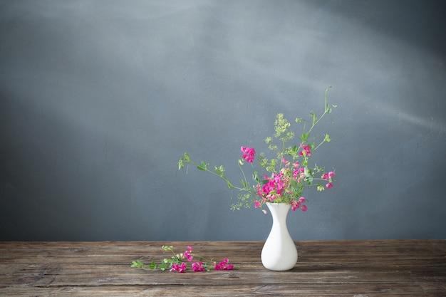 Fleurs D'été Rose Sur Table En Bois Sur Fond Sombre Photo Premium