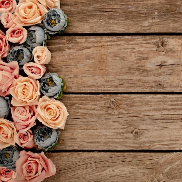 Fleurs sur fond en bois marron Photo gratuit
