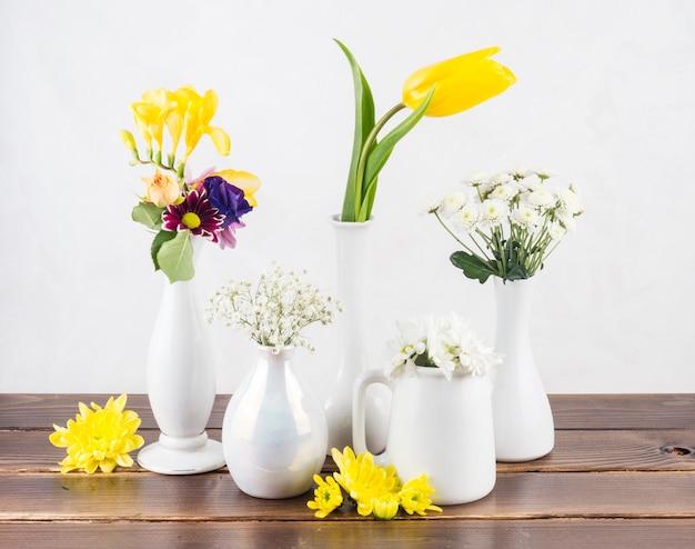 Fleurs Fraîches Dans Des Vases à Bord Photo gratuit