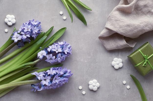 Fleurs de jacinthe bleue sur fond de pierre clair, vue de dessus Photo Premium